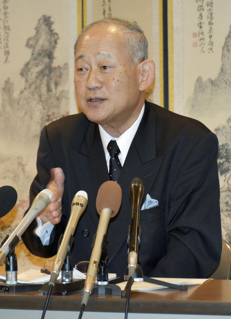 理事会後に記者会見する日本高野連の八田英二会長=29日午後、大阪市