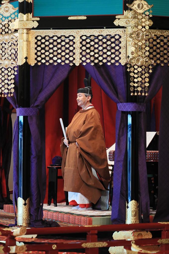 万世一系の126代天皇として即位の礼に臨まれた天皇陛下。皇位継承のあり方をめぐり、一系の維持が危ぶまれている=10月22日午後、皇居・宮殿「松の間」(松本健吾撮影)