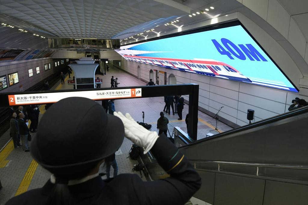 大阪メトロが公開した地下空間での世界最大のLEDモニター「Umeda Metro Vision(ウメダメトロビジョン)」=30日、大阪市
