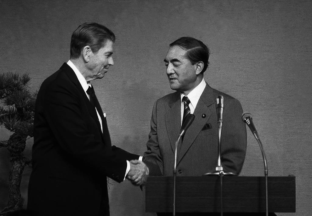 首脳会談後、握手をするレーガン米大統領(左)と中曽根康弘首相=昭和58年11月10日、東京・首相官邸