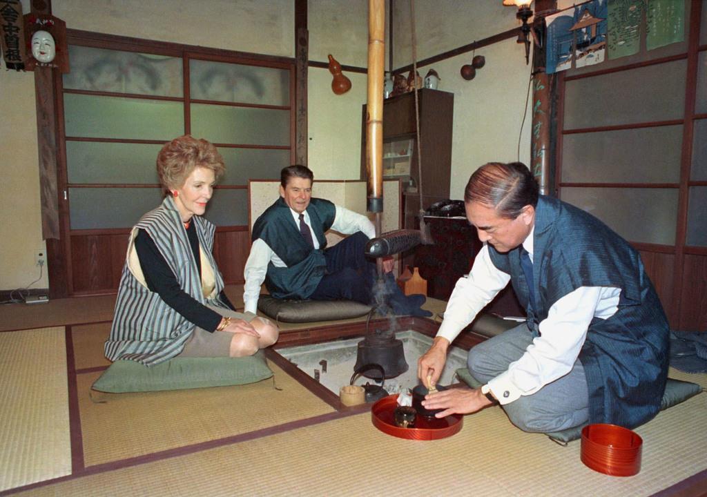 来日したレーガン米大統領夫妻を「日の出山荘」でもてなした中曽根康弘首相=1983年11月、東京都日の出町