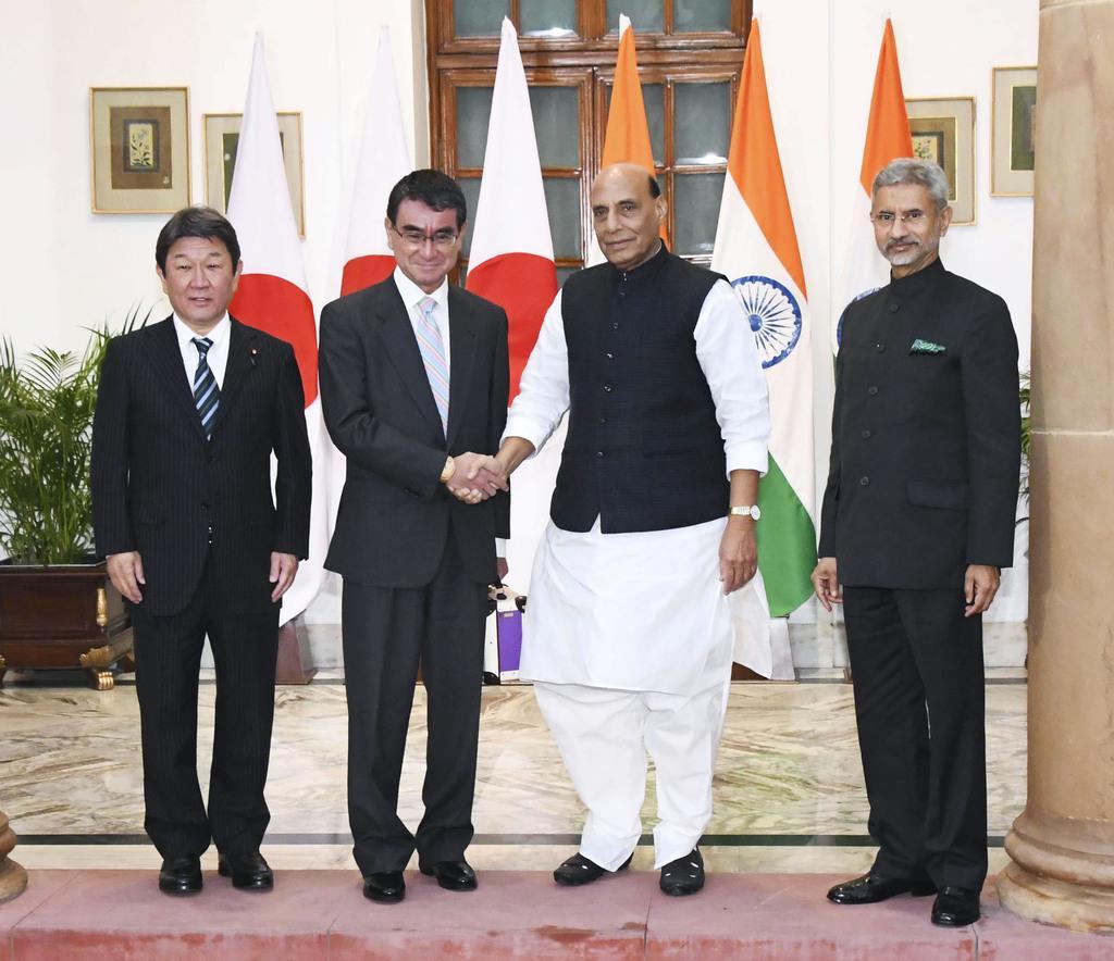 日印外務・防衛閣僚協議で、インドのシン国防相(中央右)と握手する河野防衛相(同左)。左端は茂木外相、右端はジャイシャンカル外相=30日、ニューデリー(共同)