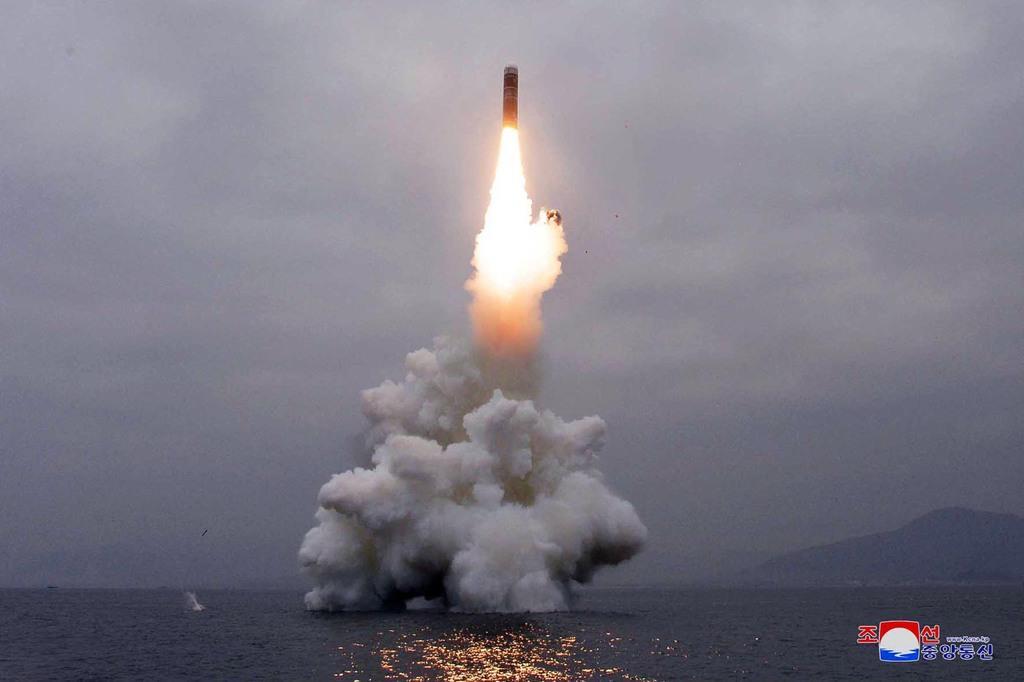朝鮮国防科学院が東部の元山湾で行った新型の潜水艦発射弾道ミサイル(SLBM)「北極星3」型の試射=10月2日、北朝鮮(朝鮮中央通信=朝鮮通信)
