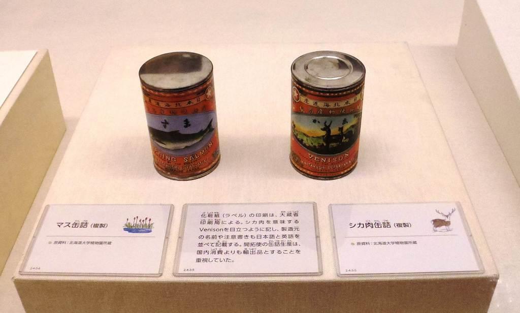 北海道博物館の企画展「エゾシカ」で展示されている明治時代のシカ肉缶詰の複製(右)=札幌市