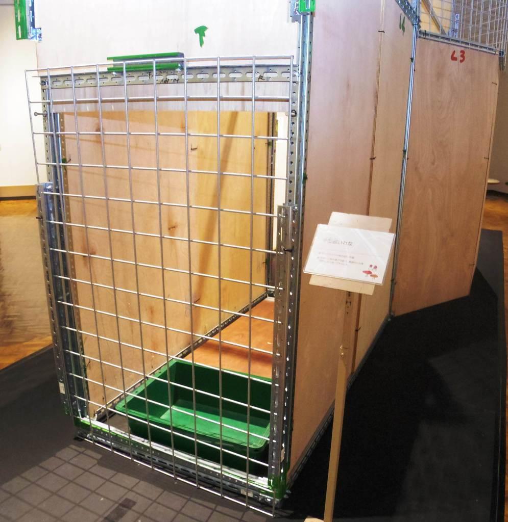北海道博物館の企画展「エゾシカ」で展示されている囲いわな=札幌市