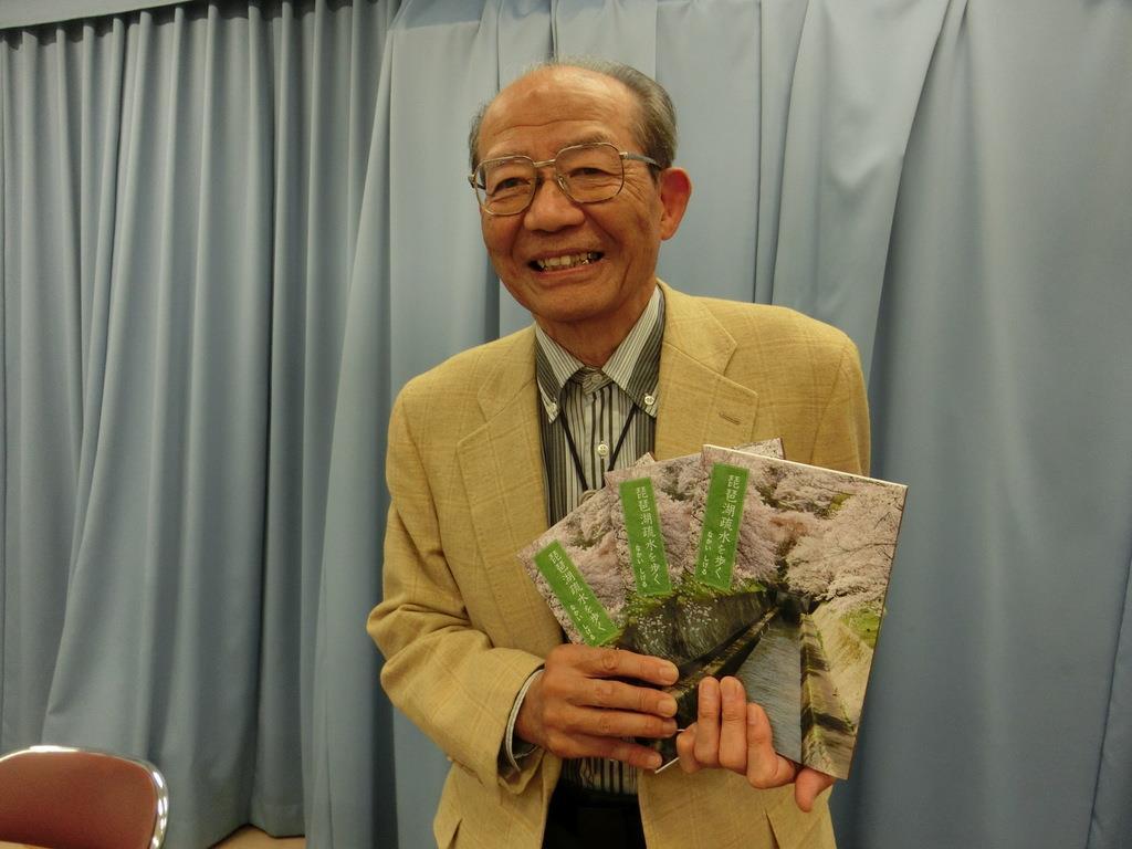 「琵琶湖疏水を歩く」を出版した、中井滋さん=県庁