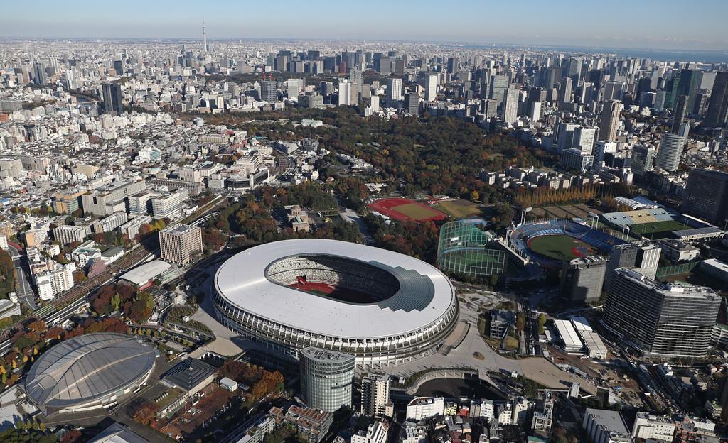 完成した新国立競技場=29日午後、東京都新宿区(本社チャーターヘリから、桐山弘太撮影)