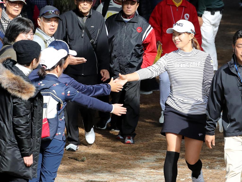 【ゴルフ】LPGAツアー選手権リコー杯 3日目 4H 手を差し出す子供と握手する渋野日向子=宮崎CC(中島信生撮影)