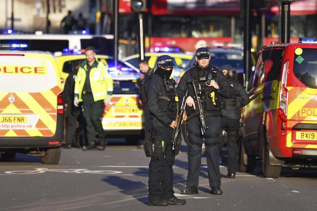 英ロンドン橋の襲撃現場付近に集まった警察官=29日、ロンドン(PA通信提供、AP)