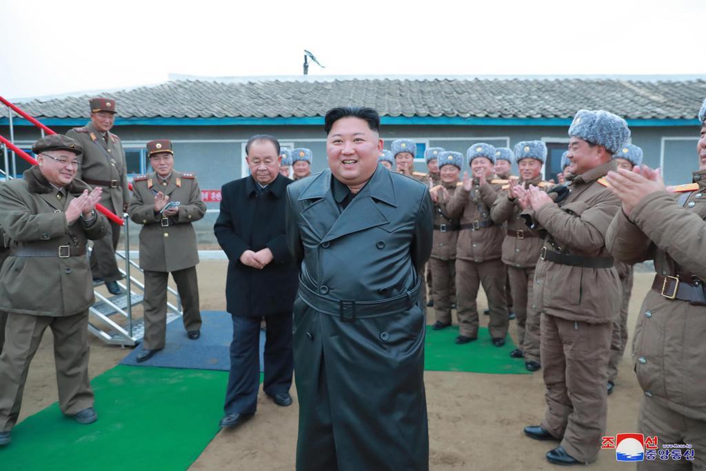 北朝鮮の国防科学院で行われた「超大型多連装ロケット砲」の試射を視察する金正恩朝鮮労働党委員長(朝鮮中央通信=共同)