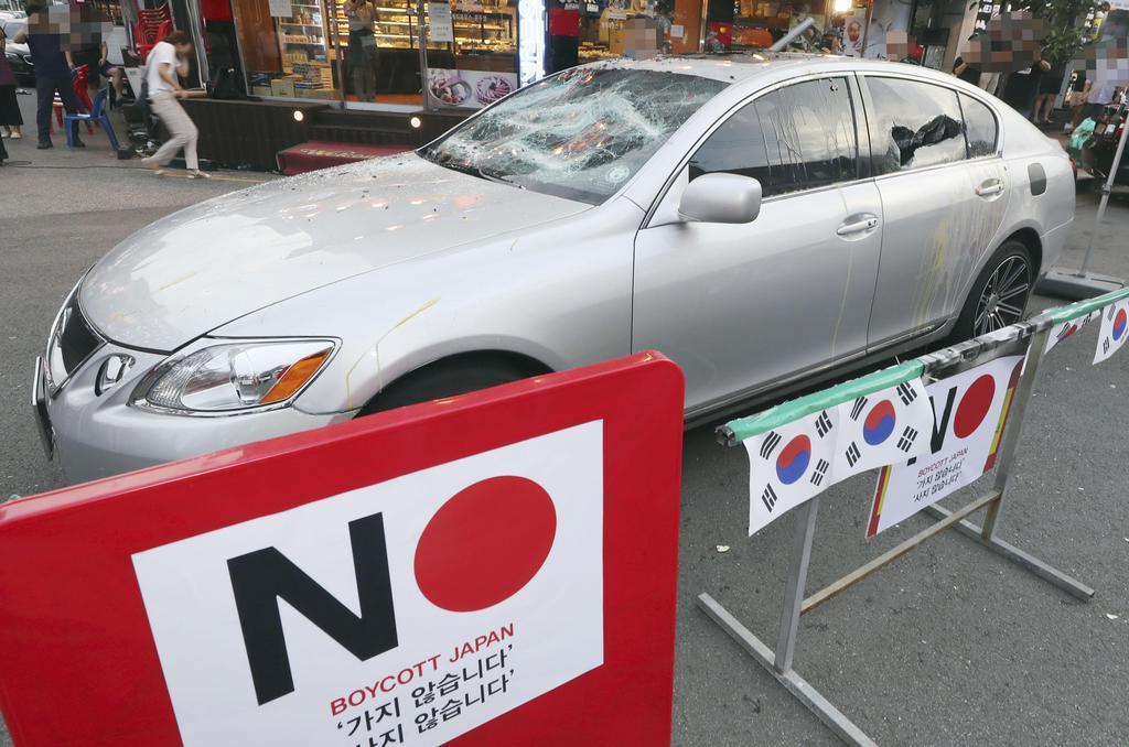 7月、日本製品の不買運動を訴えるイベントで壊された日本車=韓国・仁川(聯合=共同)
