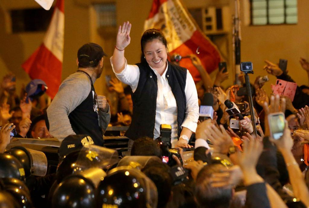 29日、ペルー・リマで、釈放後、支持者に手を振るケイコ・フジモリ容疑者(ロイター)