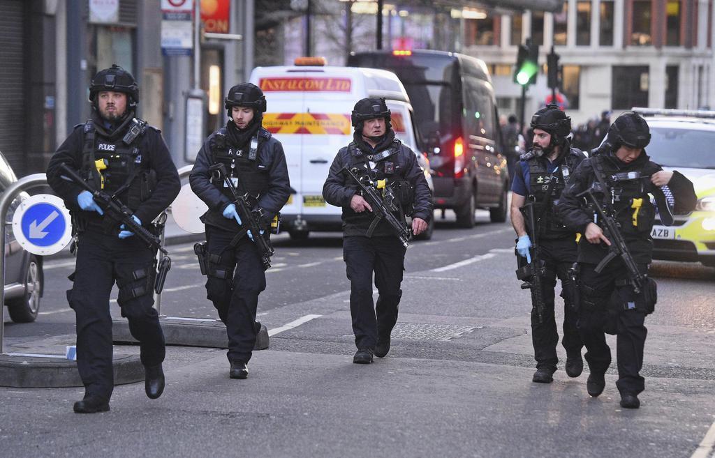 11月29日、英ロンドン中心部で警戒に当たる警官(AP)