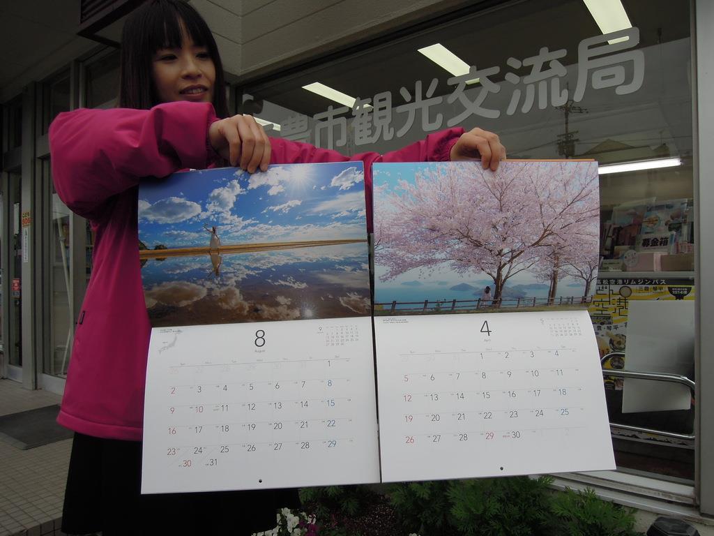 「父母ケ浜絶景カレンダー」(左)と「みとよの絶景カレンダー」=香川県三豊市(吉田智香撮影)