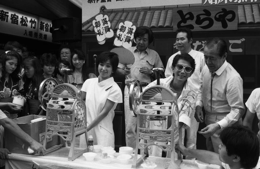 『知床慕情』封切りあいさつで、来場者にかき氷をふるまう、前列左から竹下景子、淡路恵子、三船敏郎。後列は山田洋次監督(左)と渥美清=東京・新宿、昭和53年8月15日