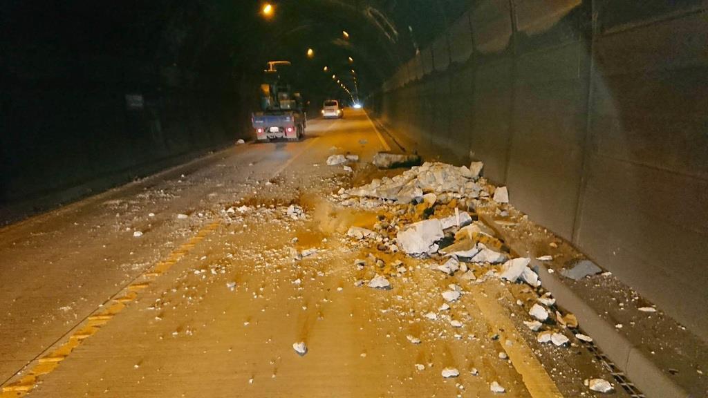 トンネル内に散乱したコンクリート片(奈良県提供)
