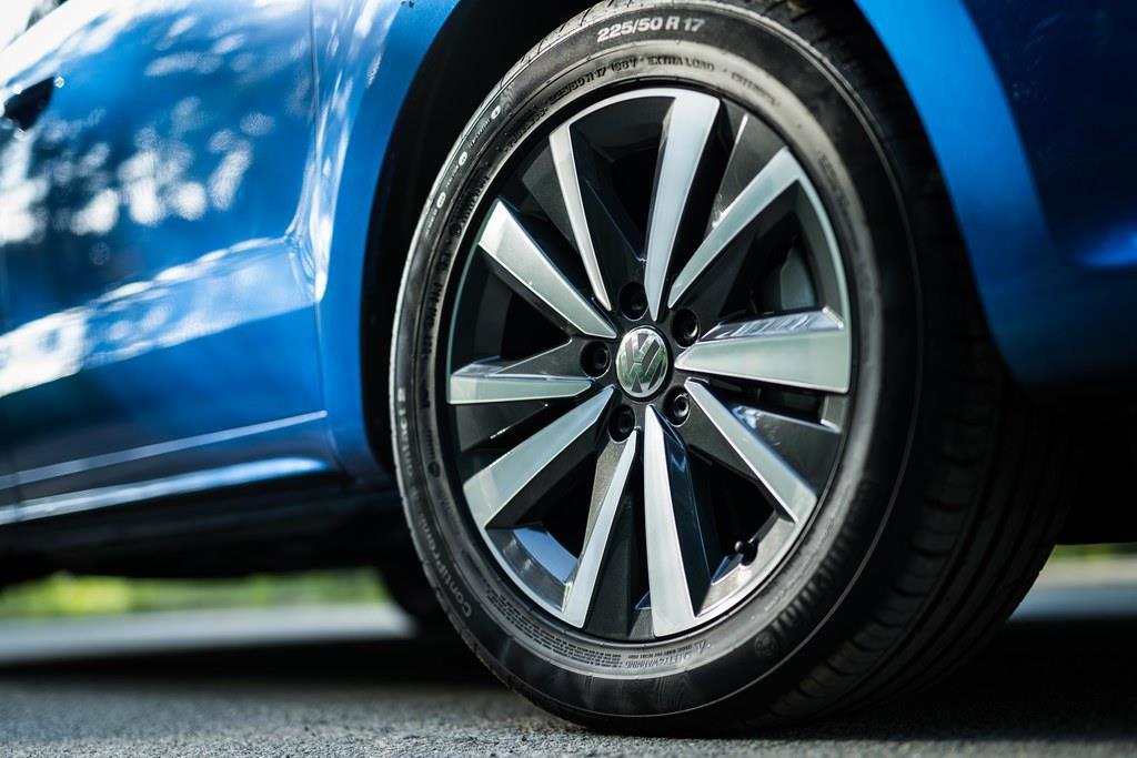 タイヤサイズは225/50R17。