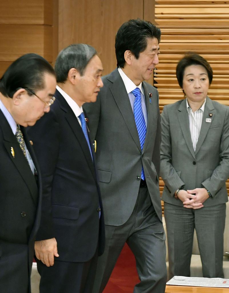 閣議に臨む安倍首相(左から3人目)。政府は自己負担を引き上げることで医療費抑制につなげたい考えだ=11月29日午前、首相官邸