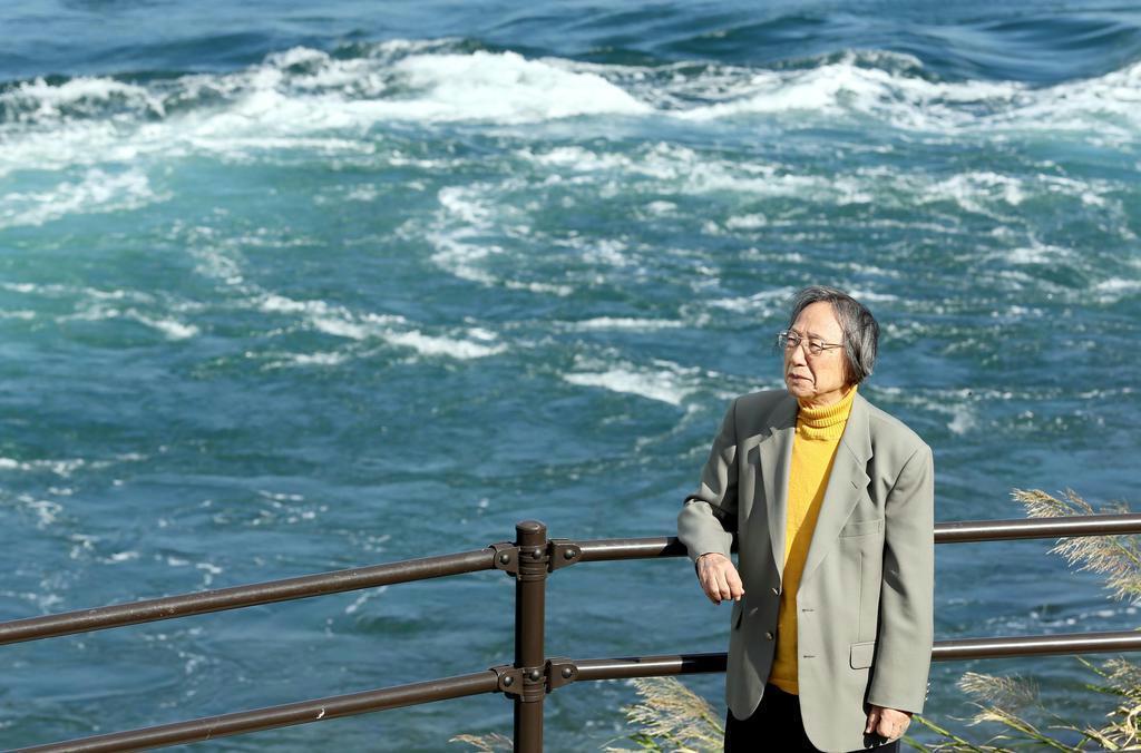 最南端を詠んだ万葉歌に登場する海峡「黒之瀬戸」を眺める中西進さん。激しい潮流と隼人の勇猛さが重なり合う=鹿児島県阿久根市(彦野公太朗撮影)