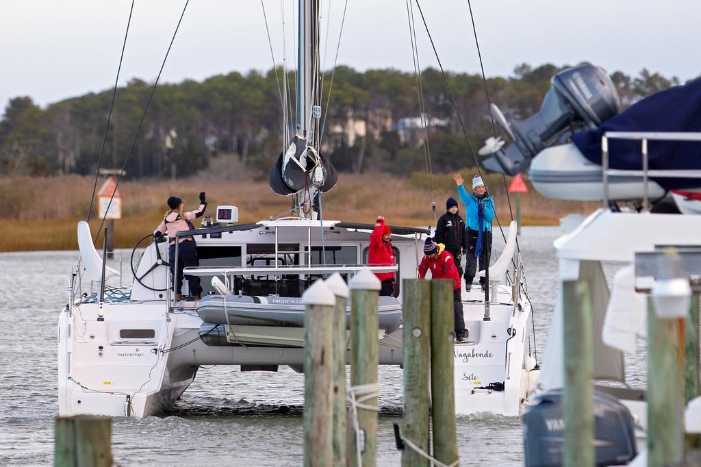 スペインに向かうためヨットに乗船する気候変動活動家のグレタ・トゥンベリさん(右から2人目)=11月13日、米バージニア州ハンプトン(ロイター)