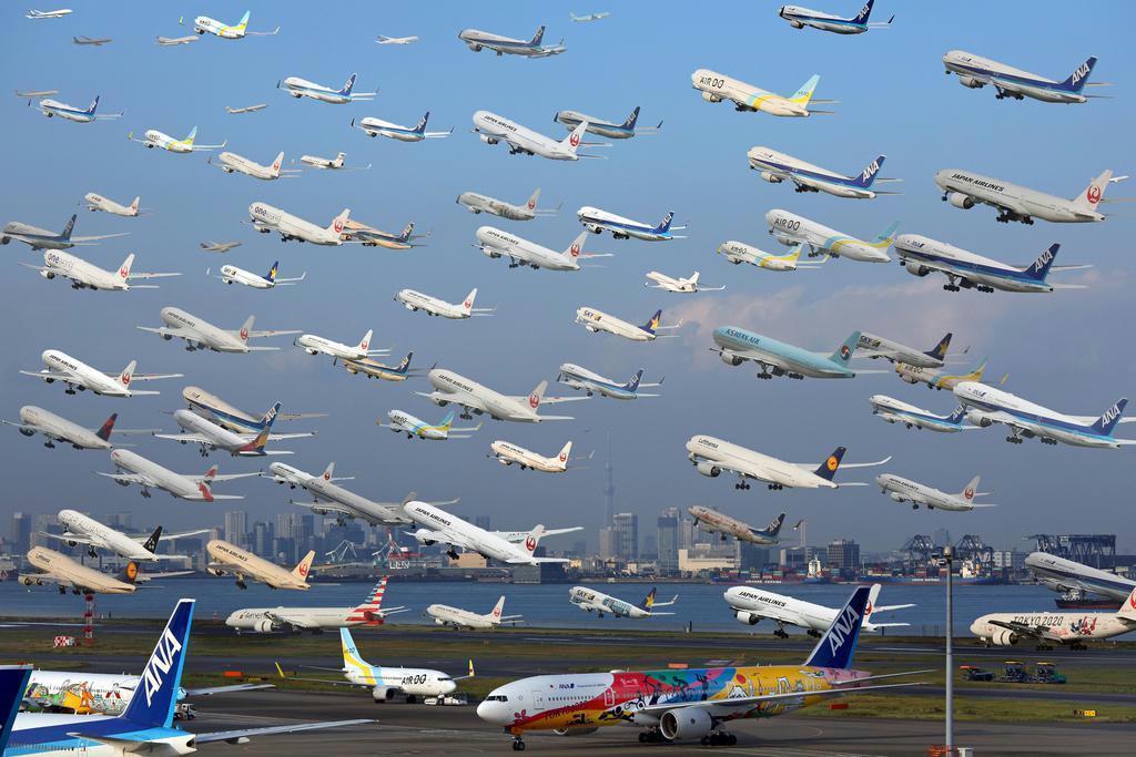 午前8時半から午後5時まで、羽田空港の滑走路を離着陸した計70機を1枚に合成した。国内、国際線を合わせて1日に計約1200回の発着が行われる=東京都大田区(キヤノンEOS 5D MarkIV 70-200mmレンズ)