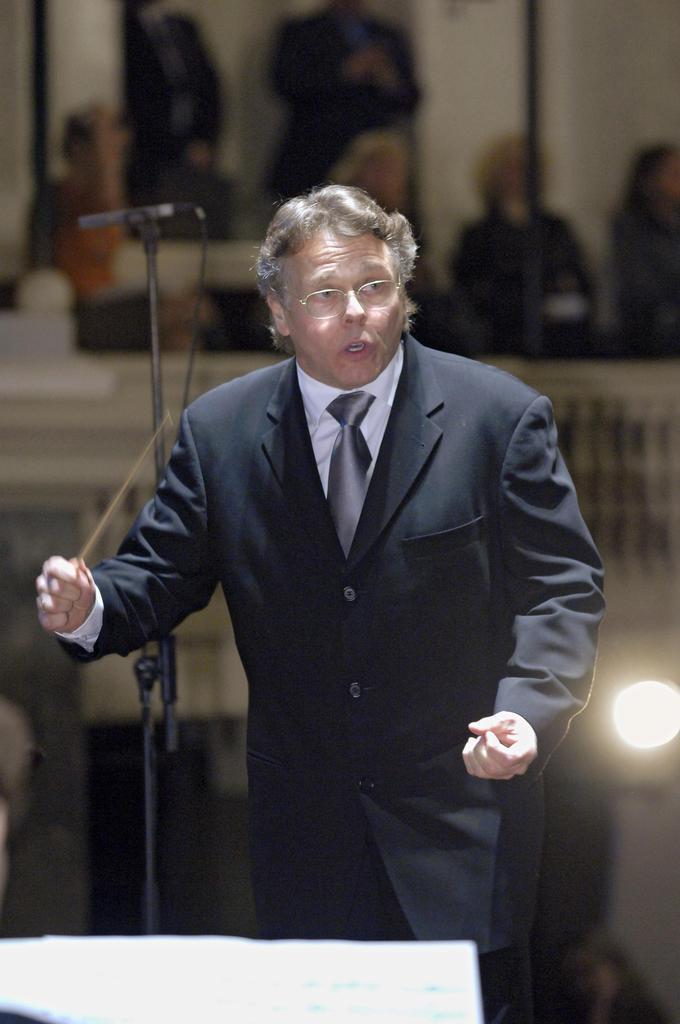 ロシア・サンクトペテルブルクで指揮するマリス・ヤンソンス氏=2007年10月(タス=共同)