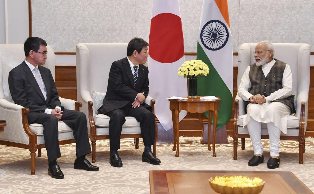 インドのモディ首相(右)を表敬した茂木外相(中央)と河野防衛相=30日、ニューデリー(外務省提供・共同)
