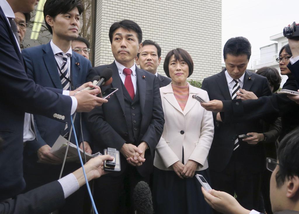 安倍首相の地元で調査を行い、取材に応じる「桜を見る会」追及本部の野党議員ら=1日、山口県下関市