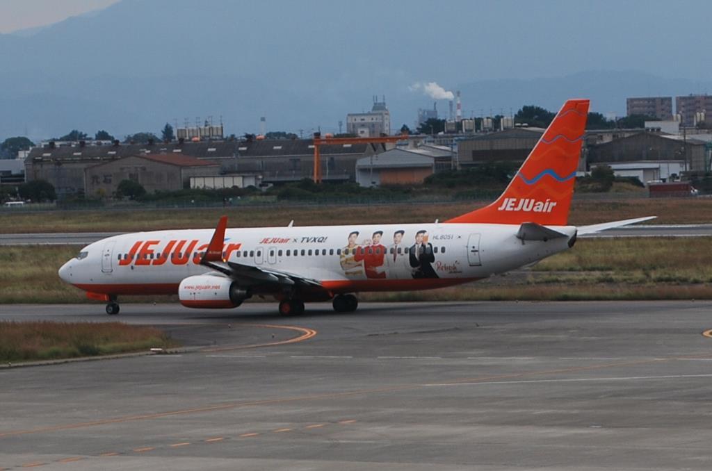 松山空港を出発するチェジュ航空のボーイング737=平成29年11月2日、松山市