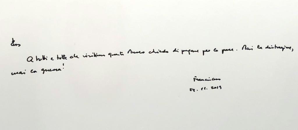 ローマ教皇フランシスコが「平和のために祈ってください。決して戦争があってはなりません!」などとイタリア語で書いたメッセージ=29日、長崎市(長崎原爆資料館提供)