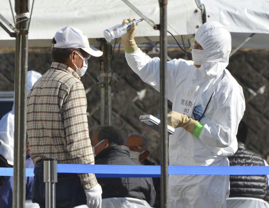 原発事故を想定した防災訓練で、放射性物質の汚染状況を調べる参加者=佐賀県有田町