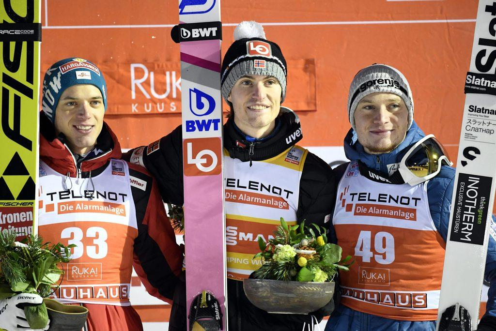 表彰式に臨んだダニエルアンドレ・タンデ(ノルウェー、中央)ら=30日、フィンランドのルカ(Lehtikuva・AP)