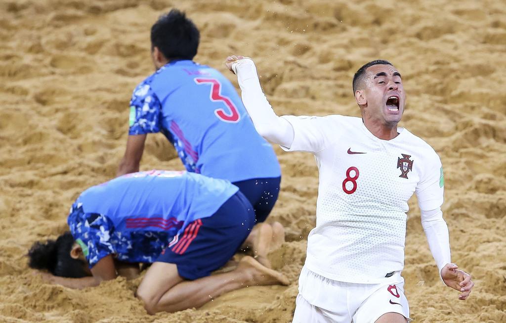 準決勝のポルトガル戦でゴールを決められ、うなだれる日本の選手=アスンシオン(FIFA提供・ゲッティ=共同)