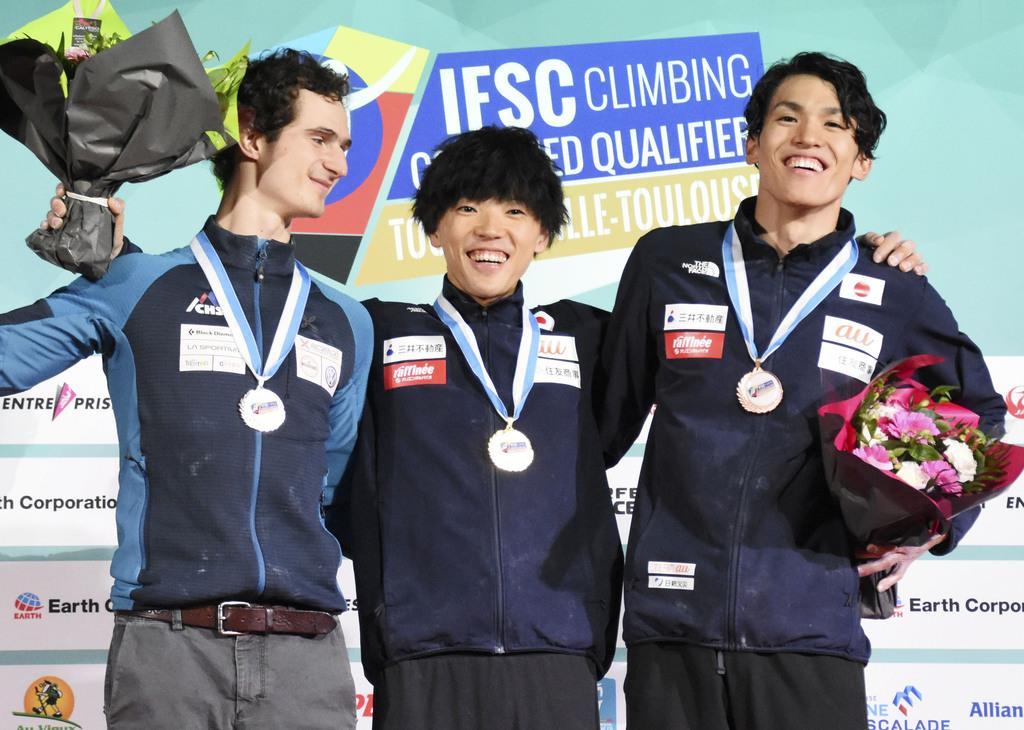 表彰式で笑顔を見せる、優勝した藤井快(中央)と3位の楢崎明智(右)=トゥールーズ(共同)