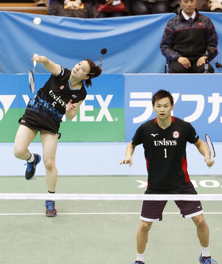 混合ダブルスで優勝した渡辺(右)、東野組=駒沢体育館