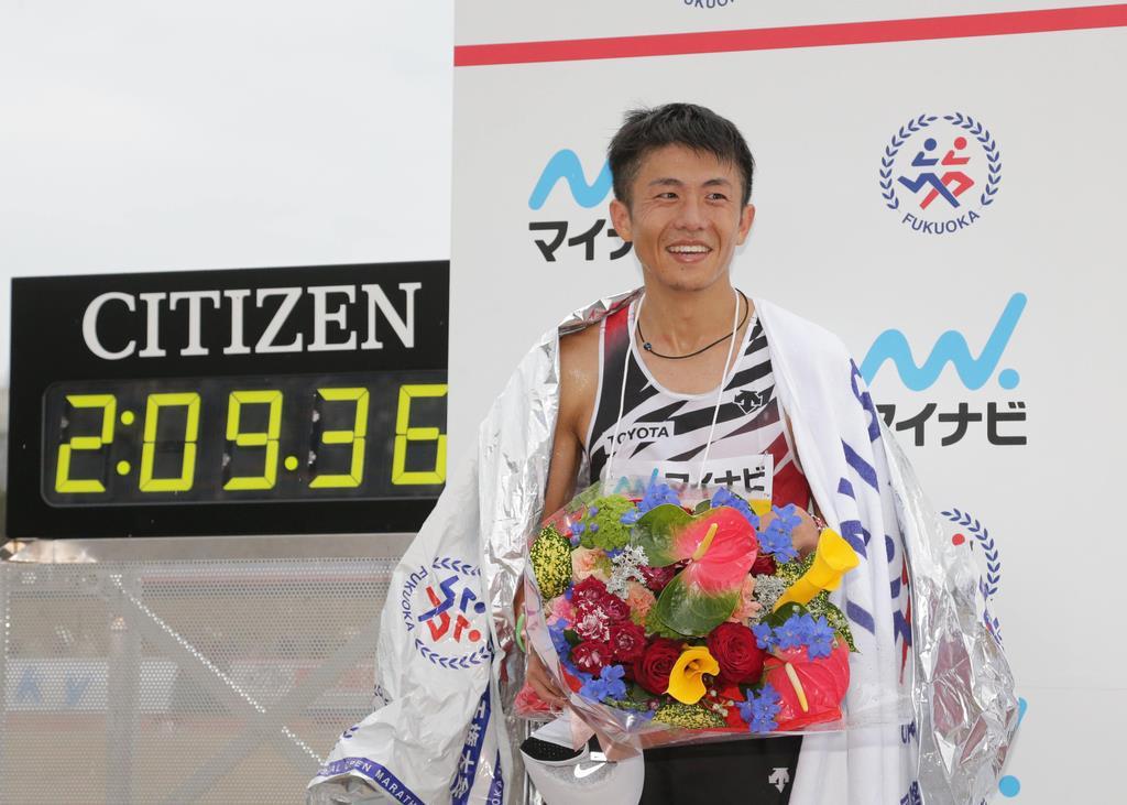 福岡国際マラソンで2位でゴールした藤本拓=福岡市中央区の平和台陸上競技場(村本聡撮影)