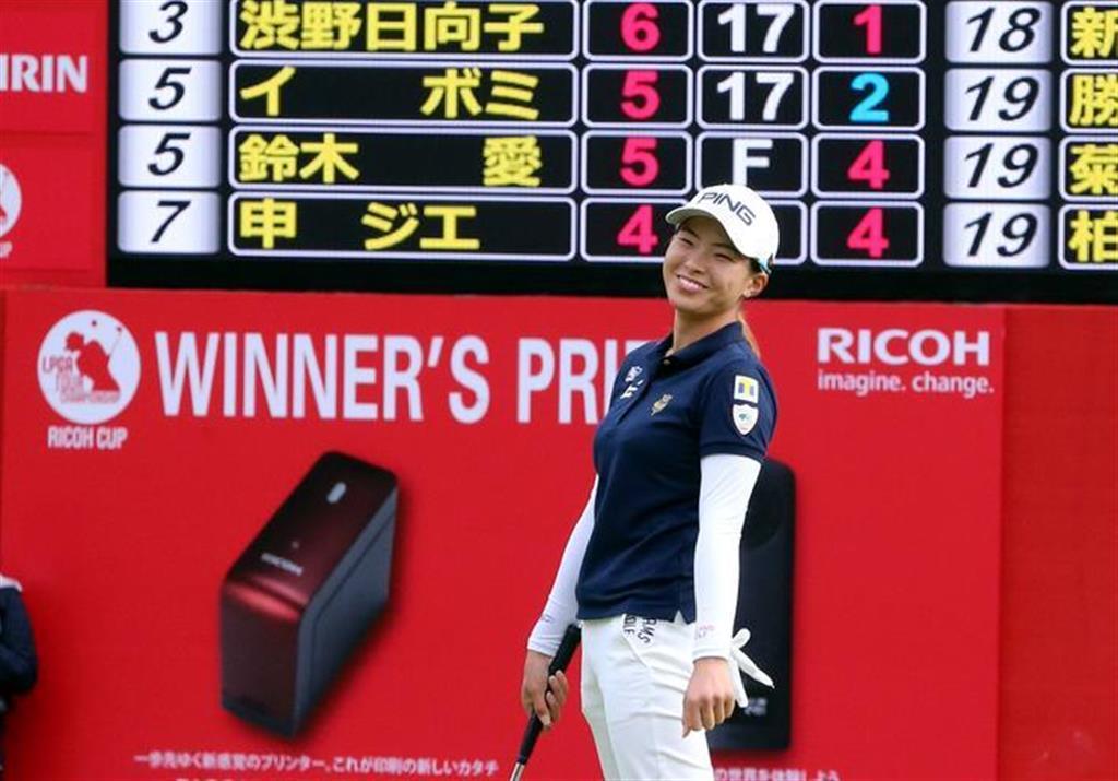 LPGAツアー選手権リコー杯最終日。最終ホールをバーディーで上がるも2位タイで終わり賞金女王を逃した渋野日向子=宮崎CC(撮影・中島信生)