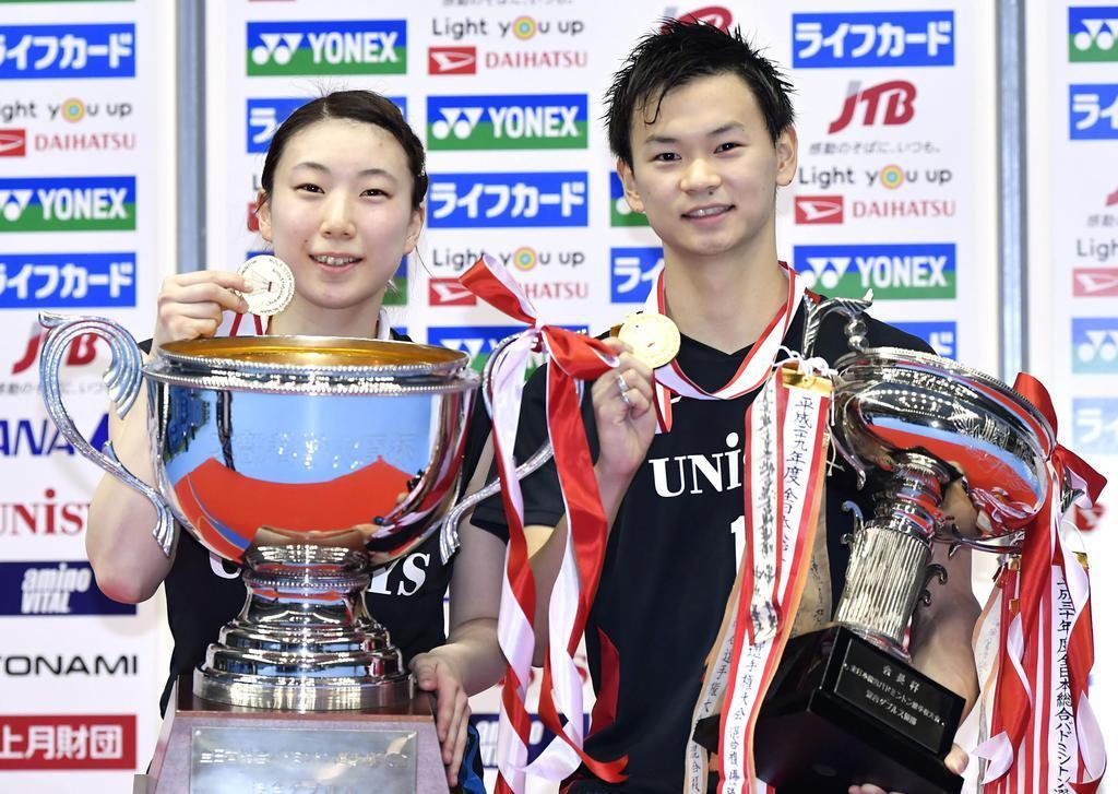 混合ダブルスで優勝しメダルを手に笑顔の渡辺(右)、東野組=駒沢体育館