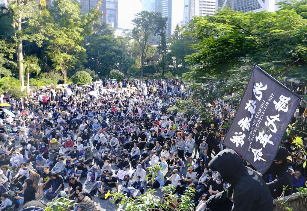 香港政府本部庁舎近くの公園で開かれた抗議集会に集まった人たち=11月30日(共同)