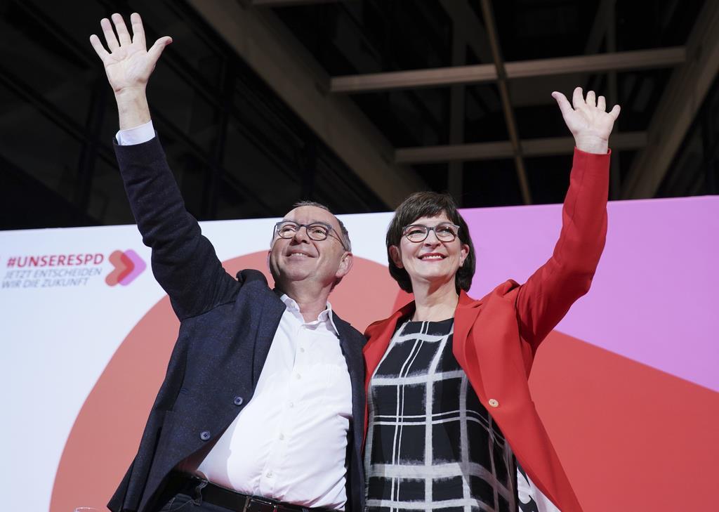 社会民主党(SPD)の次期党首に選ばれたワルターボルヤンス氏(左)とエスケン氏=11月30日、ベルリン(DPA・AP)