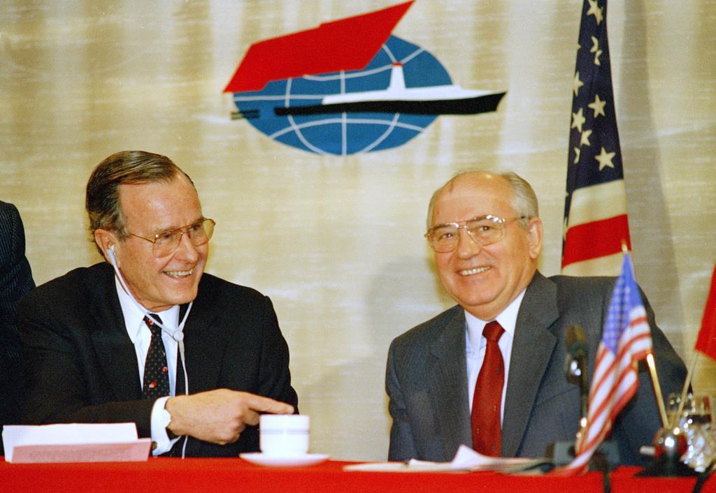 1989年12月、マルタで共同記者会見したブッシュ米大統領(左)とゴルバチョフ・ソ連書記長(AP)