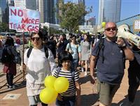 香港で区議会選後初の催涙弾発射 ガス反対の抗議集会も