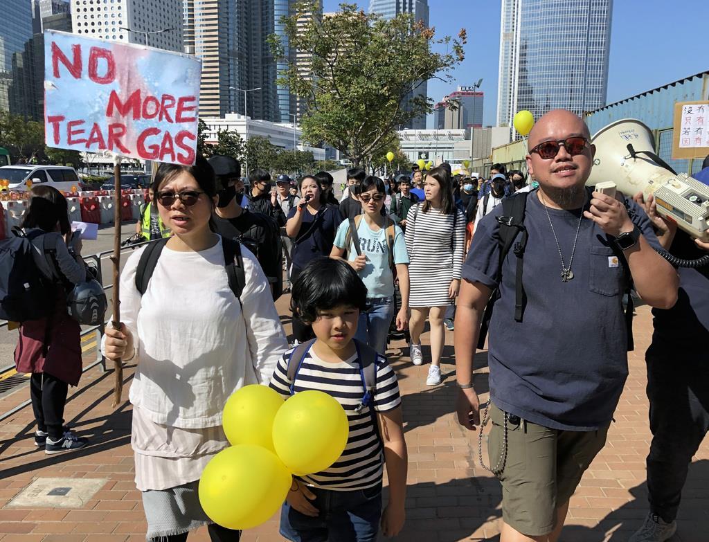 香港で1日、催涙ガスに反対するデモ行進に参加した親子(藤本欣也撮影)