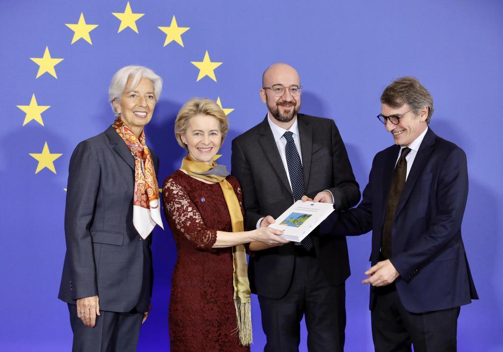 1日、ブリュッセルで記念撮影するEUのフォンデアライエン欧州委員長(左から2人目)やミシェルEU大統領(同3人目)ら(AP)