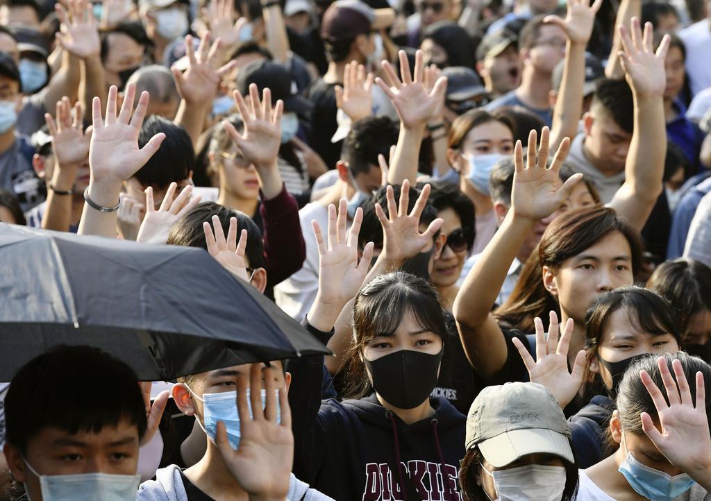 香港・九竜地区でデモ行進する市民ら=1日(共同)