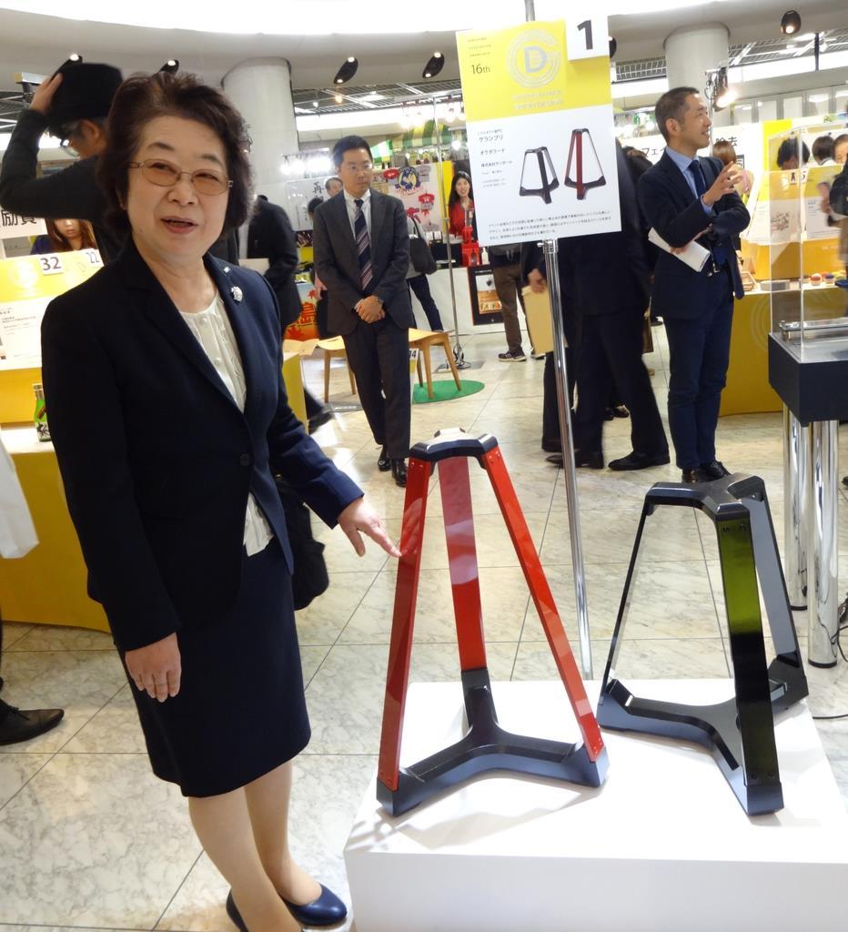 新しいタイプの車止め「オクボラード」の説明をする山根社長=広島市中区