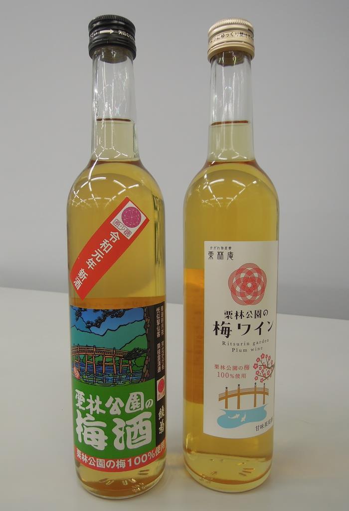 栗林公園で収穫した梅の実を使った梅酒(左)とワイン(吉田智香撮影)