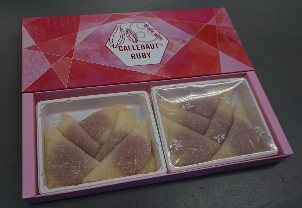 美十(京都市南区)が発売を始めた第4のチョコレート「ルビーチョコ」を使った生八つ橋=19日、京都市下京区(西川博明撮影)