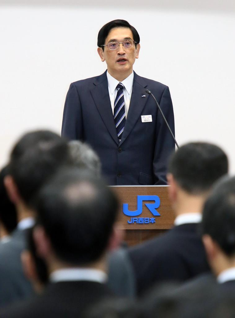 JR西日本、長谷川一明新社長が社員を前に就任訓示=2日午前、大阪市北区(前川純一郎撮影)