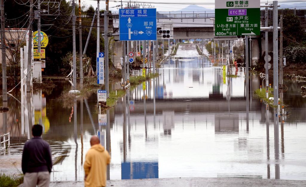台風19号による那珂川氾濫の影響で、冠水が続いた常磐自動車道水戸北スマートインターチェンジ周辺=10月15日、水戸市(鴨川一也撮影)